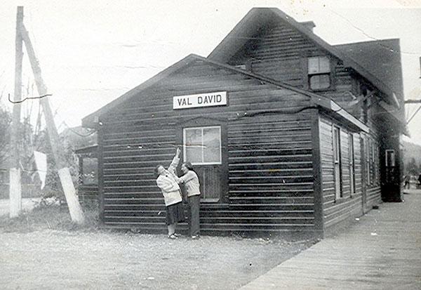 Clara Dussault devant la gare à Val-David, en 1940