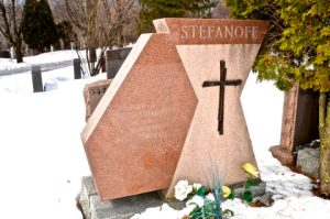 Tombe d'Irena et de Christo Stefanoff au cimetière Cote des Neiges à Montréal.